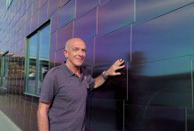 Carlo Di Pientrantonio sur une petite portion de façades constituées de 40 000 écailles! ©Raposo