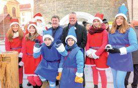 Le Père Noël et ses «petits» lutins entouraient le responsable du Marché de Noël, Thierry Despland (au centre à g.), et le syndic de la Ville, Jean-Daniel Carrard. ©Carole Alkabes