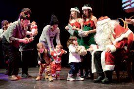 Près de 140 enfants ont reçu un cadeau du Père Noël. ©Michel Duperrex