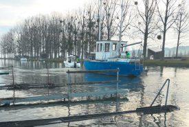 Hier en début de matinée, le bateau a été tracté vers le lac, destination La Poissine. ©DR