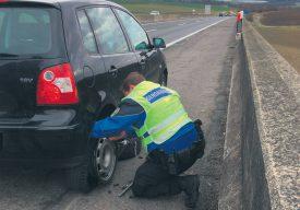 Kévin a déjà posté une photo sur Instagram, où on le voit en train d'aider un conducteur en panne sur une autoroute. ©Police cantonale vaudoise