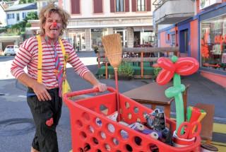 Jojo le clown avait, dans son caddie, tout l'attirail pour amuser la galerie. ©Carole Alkabes