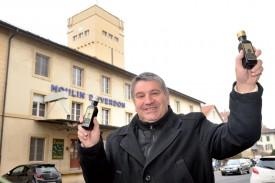Philippe Gonin, fier de présenter ses deux huiles phares. ©Michel Duperrex