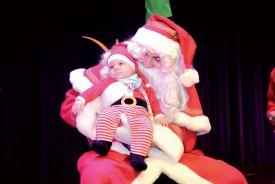 Le Père Noël a donné un cadeau à pas moins de 130 enfants, dont le petit Ayan. ©Michel Duvoisin