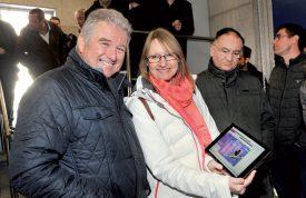 Claude Recordon, président du conseil d'administration de VOE, et, Martine Favre, directrice, ont mis en route la turbine, hier. ©Jean-Philippe Pressl-Wenger