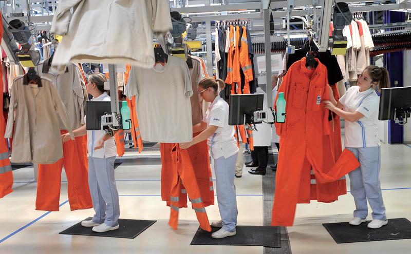 Les vêtements sont soigneusement examinés pour déterminer s'ils nécessitent des réparations. ©Michel Duperrex