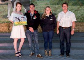 Gérald Hurni et Noémie Golay (au centre), de Baulmes, ont reçu le prix pour plus de 100 000 kg de production. ©Gabriel Lado