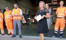 La présidente du Gouvernement cantonal Nuria Gorrite lors de la présentation des nouveaux habits et du matériel, au Centre d'entretien de la Blécherette. ©Raposo