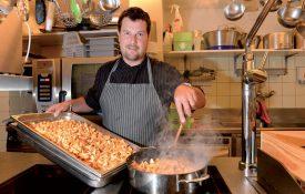 Une fois en cuisine, le chef mitonne de bons petits plats.