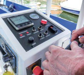 Le tableau de bord des bateaux a été partiellement modernisé. ©Charles Baron