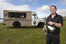 Cyril Romand torrifie, fait déguster et vend du café dans un ancien camion militaire.