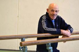 André Arrigoni pose, tout sourire, dans la salle de sport du collège de Léon-Michaud, le jour de ses 65 ans. Cela fait 39 ans qu'il y fait transpirer les élèves yverdonnois. © Pittet