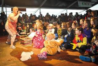 «Sylvie la maîtresse décolle» a présenté son spectacle aux enfants, samedi. © Carole Alkabes