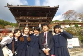 Une photo prise lors d'un voyage d'études, en novembre, à Kyoto et Nara. Debora Martinez y pose avec trois amies et son prof de classe. DR