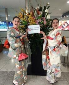 L'Yverdonnoise (à dr.) et son amie Mathilde Buisine accueillent un nouvel étudiant suisse au Japon. DR