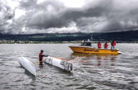 Andrea Gasser s'est mouillé pour que ses coéquipiers s'entraînent à redresser un catamaran. © Champi