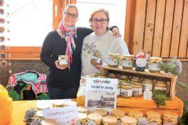 Sonia Tellenbach et ses courgettes (à g.) et Sabrine Woeffray, avec son miel. ©Carole Alkabes