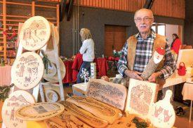 Les pyrogravures sur bois d'Ernest Vez attiraient l'oeil des visiteurs. ©Carole Alkabes