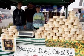 Arthur Vittet, Daniel Conod et Lancelot Conod ont présentés les vacherins de la fromagerie Conod S.A. ©Gabriel Lado