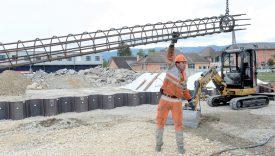 Les ouvriers de l'entreprise Marti sont habitués à couler des pieux de fondation d'une trentaine de mètres. ©Michel Duperrex