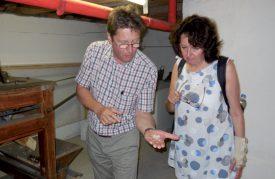 Pierre-André Vuitel a profité de présenter le fonctionnement et l'histoire du moulin Rod à Berta Staedler, ainsi qu'aux autres visiteuses. ©C. Md