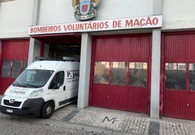 Le petit bus nord-vaudois s'est parqué à la caserne des pompiers locaux pour décharger tout le matériel qui avait été collecté en Suisse. ©DR
