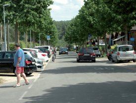 La zone bleue de l'avenue des Iris (sur la gauche) est fortement occupée par la clientèle du camping en période estivale. ©Raposo