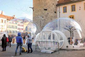 En entrant dans les bulles, vous devenez les figurines vivantes des boules magiques de Noël. ©Carole Alkabes