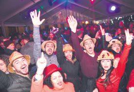 Sur la place Pestalozzi, DJ Romain a mis une ambiance de folie. Et le public a dansé jusqu'à une heure du matin sous la tente. ©Michel Duperrex