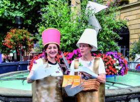Claudia Sandivia-Vega et Catherine Fragnière, du Théâtre de La Tournelle, en costume de marionnettes Dada. ©Pierre Blanchard