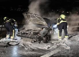 L'incendie a complètement ravagé la voiture de tourisme. © SDIS Orbe