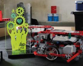 Le prix remis cette année (à g.) et le robot de LEt'sGO. © Muriel Aubert