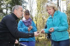 Le biologiste Alain Maibach montre, sous les yeux de sa collègue Sandrine Jutzeler, un échantillon de tourbe à Jacqueline de Quattro. © Michel Duperrex