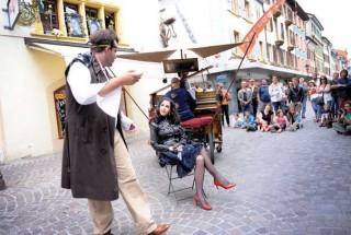 «Les Voyages extraordinaires», de Doris Sergy et du Capitaine etc., dans les rues d'Yverdon-les-Bains. © Nadine Jacquet