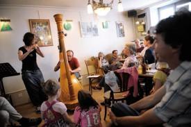 Park Stickney et Violaine Contreras ont joué, en début d'après-midi, au café L'Intemporel. © Nadine Jacquet