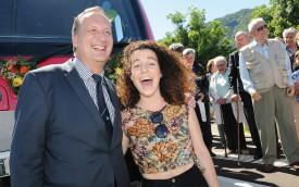 Travys et son directeur Daniel Reymond ont fait appel à la chanteuse Amandine pour baptiser une nouvelle rame. ©Michel Duperrex