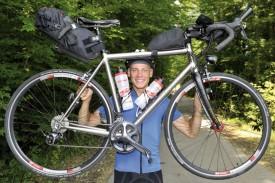 Jonas Goy et son vélo tout équipé. Oui, tout est bien là, pour rouler, dormir et rester connecté. © Michel Duperrex