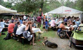 L'ambiance était festive et décontractée, samedi soir, au village des pêcheurs. Invités et organisateurs ont apprécié renouer avec ce rendez-vous estival traditionnel ©Michel Duperrex