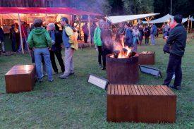 Malgré la pluie du vendredi soir, le public a profité des accalmies pour se retrouver autour d'un feu. ©Gabriel Lado