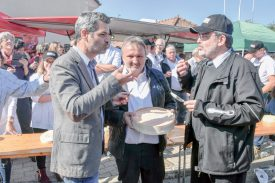 Yann Huguelit, directeur de la Chambre neuchâteloise d'agriculture et de viticulture (à g.), accompagné de Pascal Monneron et Philippe Berthoud, respectivement gérant et président de l'Interprofession du vacherin Mont-d'Or. ©Pierre Blanchard