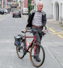 Ce retraité apporte son vélo rouge en bon état. ©Pierre Blanchard