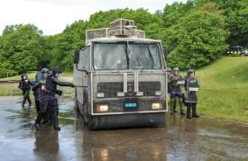 Les policiers doivent tenir une distance de sécurité avec le tonne pompe. © Carole Alkabes