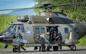Il est primordial d'apprendre à monter et descendre en toute sécurité d'un hélicoptère avec son équipement. © Carole Alkabes