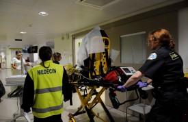 Sitôt l'alerte donnée, toute l'équipe du service se mobilise pour préparer le box de «déchoc». Quelques minutes plus tard, à l'arrivée des ambulanciers, tout est prêt pour la prise en charge de la patiente. © Nadine Jacquet