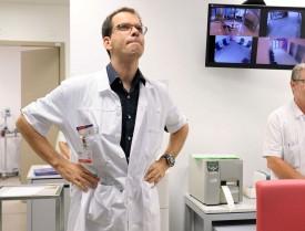 Le Dr Julien Ombelli, médecin-chef des urgences, consulte l'écran sur lequel figure, entre autres, le nom de chaque patient, son heure d'arrivée et la potentialité de gravité de son état. © Nadine Jacquet