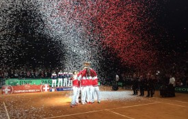 Les Suisses soulèvent le trophée à Lille. DR