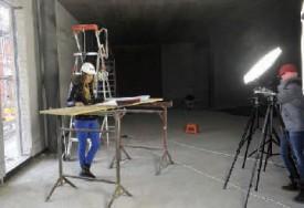 La Saint-Galloise sur les planches, en cheffe de chantier: elle découvre les plans du futur musée interactif de Cornu S. A. © Michel Duperrex