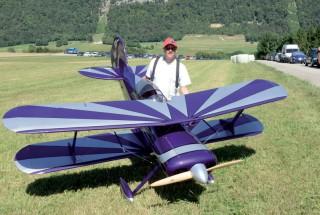 Pascal Ducret a passé plus de 650 heures pour fabriquer son biplan. ©Michel Duvoisin