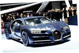 La foule s'était massée aux alentours de la Bugatti Chiron. Devisé à 2,4 millions d'euros, ce modèle fait assurément partie des véhicules les plus chers qu'il est donné de voir dans le cadre de cette 87e édition du Salon international. ©Michel Duperrex