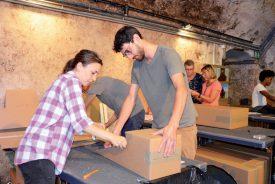 Une quarantaine de bénévoles sont venus, hier, au château pour plier, découper et assembler des dizaines de cartons en vue de l'événement de samedi. ©C. Md
